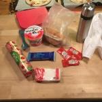 Packar Liams matsäck inför friluftsdag.